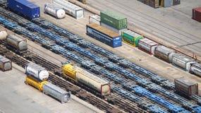 Αυτοκίνητα εμπορευματοκιβωτίων ραγών Στοκ φωτογραφία με δικαίωμα ελεύθερης χρήσης