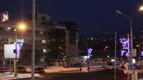 Αυτοκίνητα και άνθρωποι που πηγαίνουν στην οδό τη νύχτα απόθεμα βίντεο