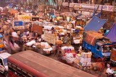 Αυτοκίνητα και άνθρωποι πόλεων στην οδό αγοράς της Ινδίας Στοκ Εικόνες