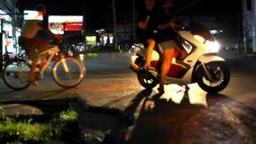 Αυτοκίνητα και μοτοσικλέτες που οδηγούν σε έναν υγρό δρόμο τη νύχτα απόθεμα βίντεο