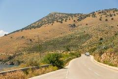 Αυτοκίνητα και πεζός σε ένα βουνό, παράκτιος δρόμος, Αλβανία στοκ φωτογραφίες με δικαίωμα ελεύθερης χρήσης
