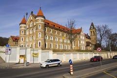 Αυτοκίνητα μπροστά από το μοναστήρι για την πώληση και τη Annunciation εκκλησία Αγίου Gabriel στις 3 Μαρτίου 2017 στην Πράγα, Τσε Στοκ Εικόνες
