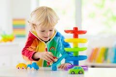 Αυτοκίνητα παιχνιδιών παιχνιδιού αγοριών Παιδί με τα παιχνίδια Παιδί και αυτοκίνητο στοκ εικόνα