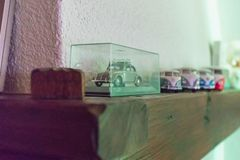 Αυτοκίνητα παιχνιδιών σε μια σειρά σε έναν ξύλινο φραγμό πέρα από μια εστία στοκ εικόνες