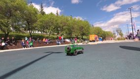 αυτοκίνητα παιχνιδιών τρεξίματος ανθρώπων στο ραδιόφωνο φιλμ μικρού μήκους