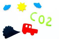 Αυτοκίνητα που εκπέμπουν το διοξείδιο του άνθρακα Ρύπανση conept βλάψτε το περιβάλλον Διακοπή αυτοκινήτων και καπνού στην άσπρη τ στοκ φωτογραφίες με δικαίωμα ελεύθερης χρήσης