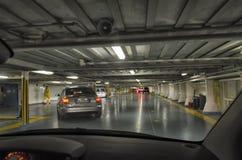 Αυτοκίνητα που κάνουν τον ελιγμό σε μια γέφυρα οχημάτων Στοκ Φωτογραφίες
