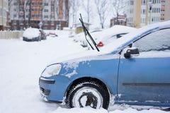 Αυτοκίνητα που καλύπτονται με το φρέσκο άσπρο χιόνι Στοκ Εικόνα