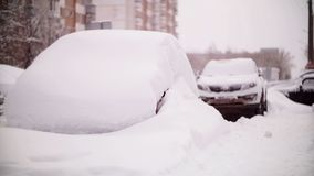 Αυτοκίνητα που καλύπτονται με το χιόνι σε μια κατοικήσιμη περιοχή της Μόσχας απόθεμα βίντεο