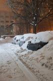 Αυτοκίνητα που καλύπτονται στο χιόνι στοκ φωτογραφία με δικαίωμα ελεύθερης χρήσης