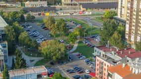 Αυτοκίνητα που κινούνται στο χώρο στάθμευσης timelapse με τα πράσινα δέντρα οικοδόμηση του κροατικού εθνικού θεάτρου Ζάγκρεμπ της απόθεμα βίντεο