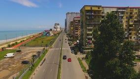 Αυτοκίνητα που μειώνουν τη λεωφόρο προκυμαιών σε Batumi Γεωργία, παραθεριστική πόλη Μαύρης Θάλασσας απόθεμα βίντεο