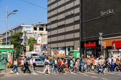 Αυτοκίνητα που περιμένουν στο φωτεινό σηματοδότη τους πεζούς για να διασχίσουν την οδό Στοκ φωτογραφίες με δικαίωμα ελεύθερης χρήσης