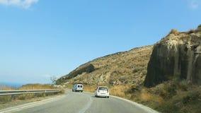 Αυτοκίνητα που πηγαίνουν κατά μήκος της curvy παράκτιας εθνικής οδού, άποψη από μέσα του αυτόματου τρεξίματος πίσω απόθεμα βίντεο