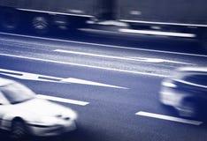 Αυτοκίνητα που πηγαίνουν κατά μήκος των σταυροδρομιών Στοκ Εικόνα
