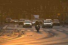 Αυτοκίνητα που πηγαίνουν πολύ αργά σε μια κυκλοφοριακή συμφόρηση κατά τη διάρκεια του πρωινού rushhour Στοκ Φωτογραφία