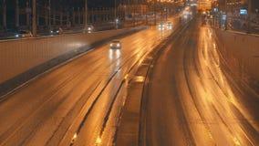 Αυτοκίνητα που πηγαίνουν στην οδό πόλεων νύχτας στο χρυσό φως φιλμ μικρού μήκους
