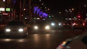 Αυτοκίνητα που πηγαίνουν στην οδό στη σκοτεινή χειμερινή νύχτα φιλμ μικρού μήκους