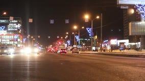 Αυτοκίνητα που πηγαίνουν στην οδό στη χειμερινή νύχτα Στην περιοχή Perm περίπου 1 εκατομμύριο αυτοκινήτων φιλμ μικρού μήκους