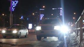 Αυτοκίνητα που πηγαίνουν στην οδό τη νύχτα φιλμ μικρού μήκους