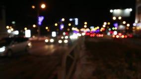 Αυτοκίνητα που πηγαίνουν στο δρόμο οδών με το φωτισμό στη σκοτεινή χειμερινή νύχτα στην πόλη απόθεμα βίντεο