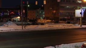 Αυτοκίνητα που πηγαίνουν στο δρόμο οδών στη σκοτεινή χειμερινή νύχτα απόθεμα βίντεο