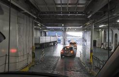 Αυτοκίνητα που προέρχονται από το πορθμείο Στοκ Φωτογραφία