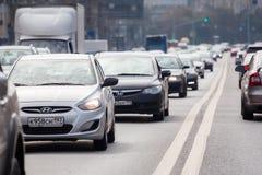 Αυτοκίνητα που στέκονται σε μια κυκλοφοριακή συμφόρηση σε μια από τις οδούς στη Μόσχα Στοκ Φωτογραφία