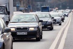 Αυτοκίνητα που στέκονται σε μια κυκλοφοριακή συμφόρηση σε μια από τις οδούς στη Μόσχα Στοκ φωτογραφίες με δικαίωμα ελεύθερης χρήσης