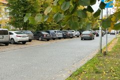 Αυτοκίνητα που σταθμεύουν κατά μήκος του δρόμου Στοκ Φωτογραφία