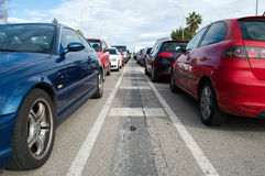 Αυτοκίνητα που σταθμεύουν σε μια σειρά Στοκ φωτογραφία με δικαίωμα ελεύθερης χρήσης