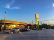 Αυτοκίνητα που σταθμεύουν στο βενζινάδικο στη intercity εθνική οδό στο υπόβαθρο μπλε ουρανού στοκ φωτογραφία με δικαίωμα ελεύθερης χρήσης