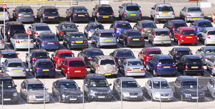 αυτοκίνητα που σταθμεύ&omicro Στοκ φωτογραφία με δικαίωμα ελεύθερης χρήσης