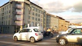 Αυτοκίνητα που σταματούν σε έναν φωτεινό σηματοδότη απόθεμα βίντεο