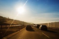 Αυτοκίνητα που στο τύλιγμα της εθνικής οδού Στοκ φωτογραφία με δικαίωμα ελεύθερης χρήσης