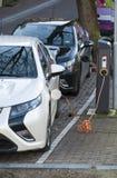 Αυτοκίνητα που συνδέονται ηλεκτρικά για τη χρέωση Στοκ εικόνες με δικαίωμα ελεύθερης χρήσης