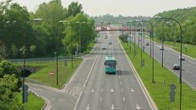 Αυτοκίνητα που τρέχουν στην εθνική οδό απόθεμα βίντεο