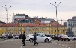 Αυτοκίνητα που τρέχουν στην οδό στη Μόσχα, Ρωσία Στοκ φωτογραφίες με δικαίωμα ελεύθερης χρήσης