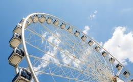 Αυτοκίνητα ροδών Ferris στην άσπρη ρόδα στοκ φωτογραφίες με δικαίωμα ελεύθερης χρήσης