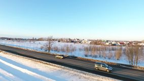 Αυτοκίνητα σε έναν δρόμο στη χειμερινή εποχή φιλμ μικρού μήκους