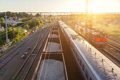 Αυτοκίνητα σιδηροδρόμου στο ηλιοβασίλεμα Στοκ εικόνα με δικαίωμα ελεύθερης χρήσης