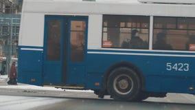 Αυτοκίνητα σταυροδρομιών πόλεων και κυκλοφορία λεωφορείων στο μειωμένο χιόνι, οδικό κόκκινο φως απόθεμα βίντεο