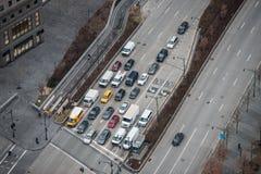 Αυτοκίνητα στην κυκλοφορία stoped στο φως σημάτων στην οδό πόλεων της Νέας Υόρκης κορυφαία όψη Στοκ Εικόνα