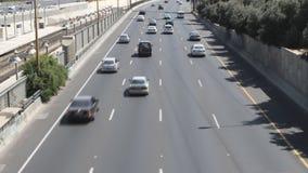 Αυτοκίνητα στις παρόδους της εθνικής οδού απόθεμα βίντεο