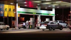 Αυτοκίνητα στον ανεφοδιασμό σε καύσιμα του σταθμού φιλμ μικρού μήκους