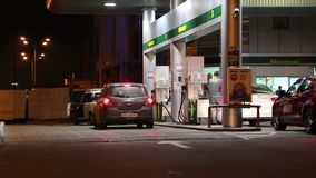 Αυτοκίνητα στον ανεφοδιασμό σε καύσιμα του σταθμού απόθεμα βίντεο