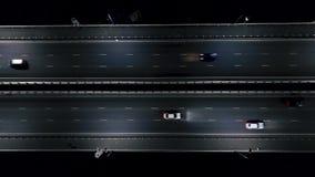 Αυτοκίνητα στο δρόμο νύχτας night rain snow traffic Άποψη από τον αέρα πτήση στο δρόμο νύχτας απόθεμα βίντεο