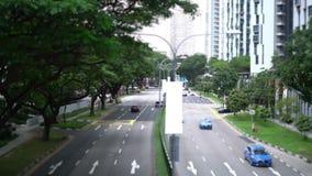 Αυτοκίνητα στο δρόμο στην πόλη απόθεμα βίντεο