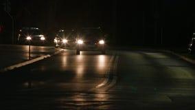 Αυτοκίνητα στο δρόμο τη νύχτα στοκ εικόνα