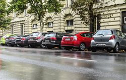 Αυτοκίνητα στο χώρο στάθμευσης οδών μια βροχερή ημέρα Στοκ φωτογραφία με δικαίωμα ελεύθερης χρήσης